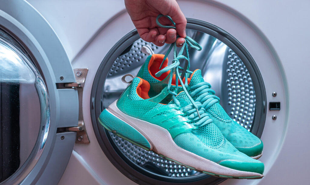 How to wash sports shoes in the washing